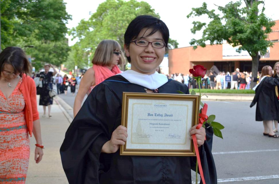 修了式に通訳学部からの特別賞『the Ronald L. Coffey Award』を受賞(2013年5月)