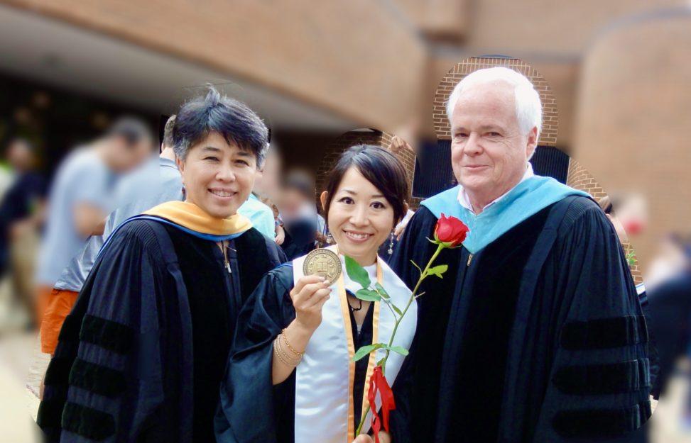 在学中にお世話になった元学部長(右)と元学科長(左)とともに、学位授与式にて(2014年5月)