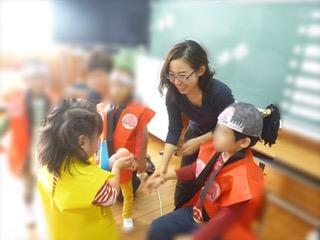 職場で子どもたちに文化祭の演劇指導中(文化祭のグループ発表の総括を聴覚障害教諭が行うのは山口県の公立学校では初・2018年10月)