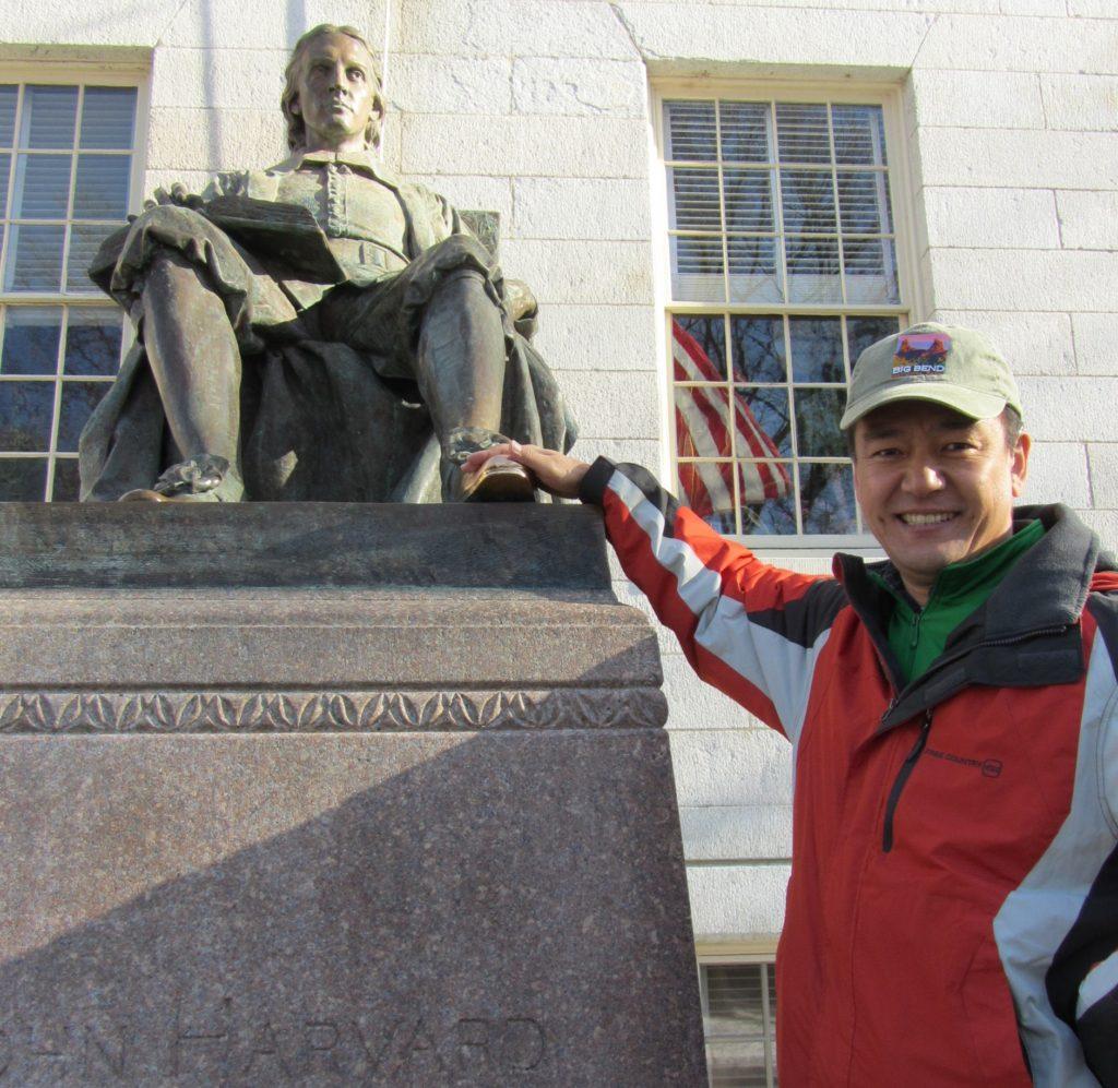 ハーバード大学創設者ジョン・ハーバード氏像。靴をなでると幸せになるというジンクスが。(2013年1月)