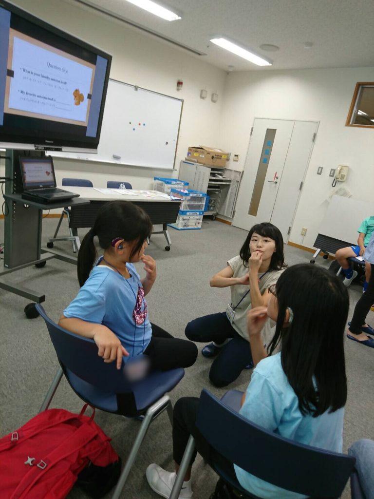 群馬県立ろう学校での手話絵本の様子(2020年11月)